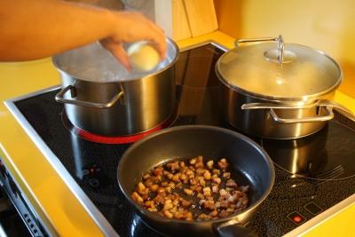 Knödel ins kochendes Salzwasser, gewürfelten Speck auslassen