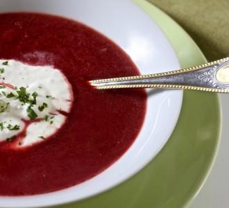 Rote Bete Suppe mit frischem Wasabi-Creme-Fraiche