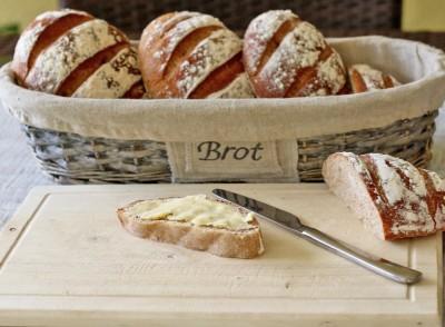 Selbst gebackenes Brot mit Butter - ein Traum