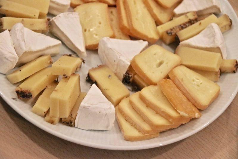 Käseteller mit Apfelsalsa und Himbeersenfsauce: die leckere Apfelsalsa und Himbeersenfsoße sind am Teller oben zu sehen