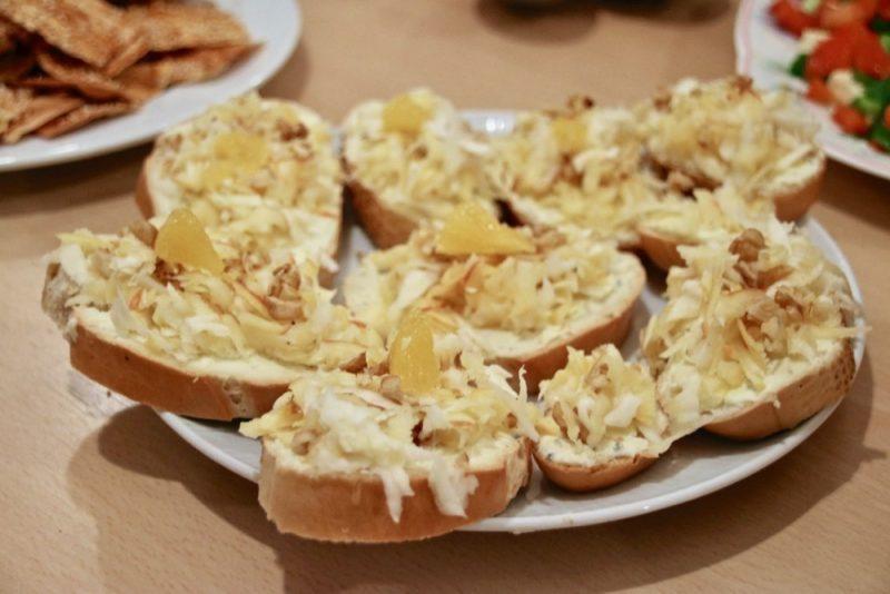 Edelpilz-Bruschetta mit Apfel-Sellerie-Topping