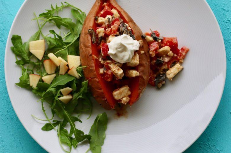 Suesskartoffel mit Feta, Oliven, Paprika, Sour Cream